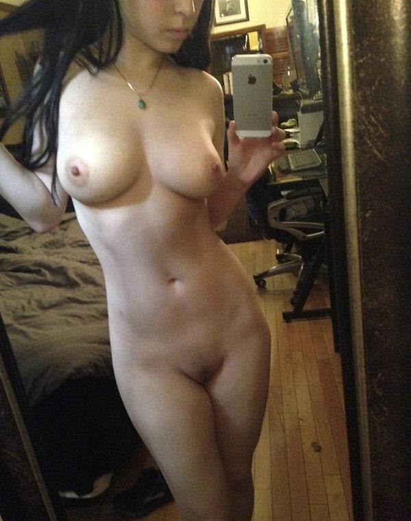 Plutôt athlétique aux seins debout en selfie