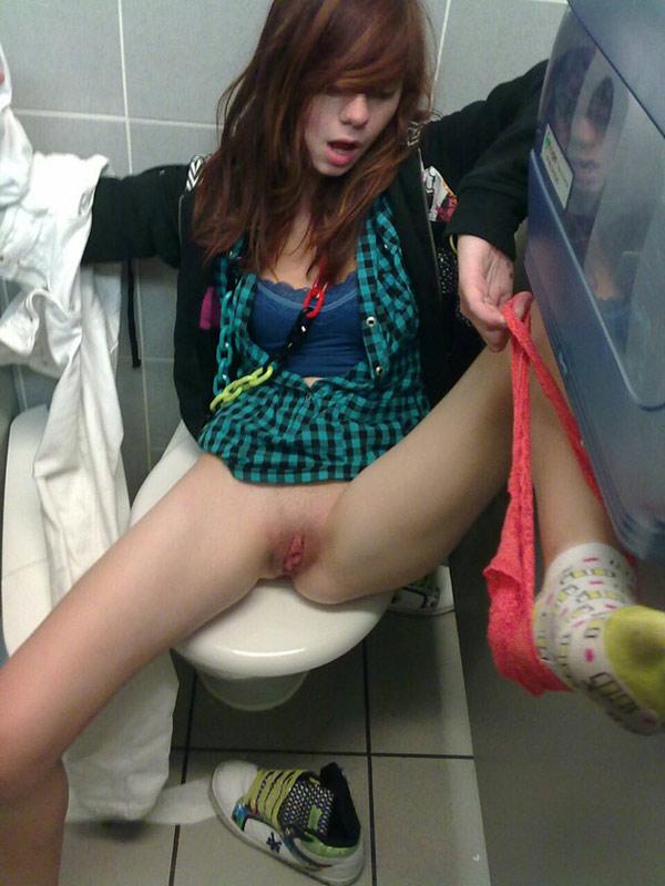 Petite rouquine veut baiser dans les toilettes