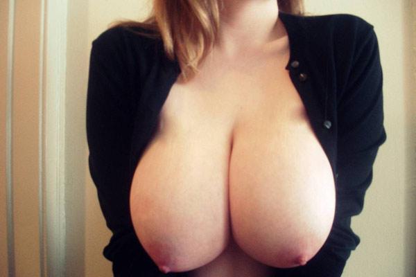 Les gros seins gonflés d'Alice