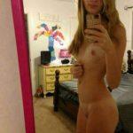 Jeanne, grande blonde timide fait un selfie sexy