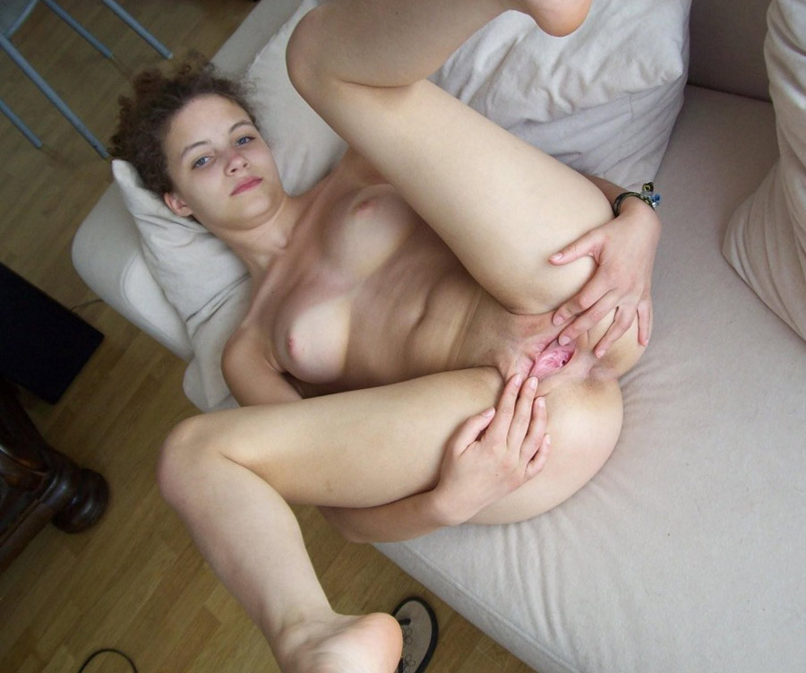 melanie-coquine-ouvre-chatte-rasee-4