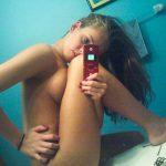 Allumeuse qui fait un selfie avec le téléphone du mec de sa soeur