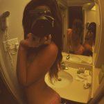 Helena, latine exhib extravertie fait un selfie